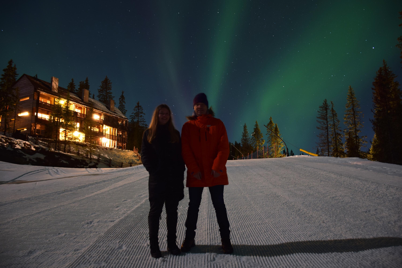 Sofie og hendes far - i nordlys på Kvitfjell.